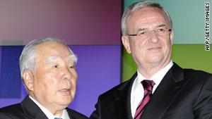 Volkswagen CEO Martin Winterkorn (right) with Suzuki counterpart Osamu Suzuk