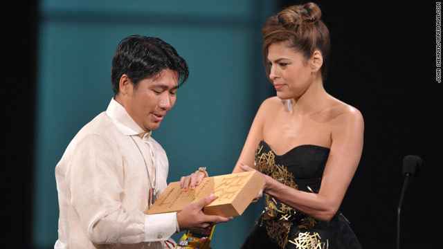 Actress Eva Mendes presents Efren Peñaflorida with a 2009 top 10 CNN Hero award Saturday night in Hollywood.