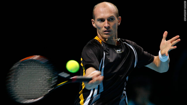 Nikolay Davydenlo will face Roger Federer in the London semifinals after beating Robin Soderling.