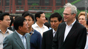 North Korean delegate Ri Gun, left, talks with U.S. chief nuclear envoy Christopher Hill, right, on 17 August 2007.