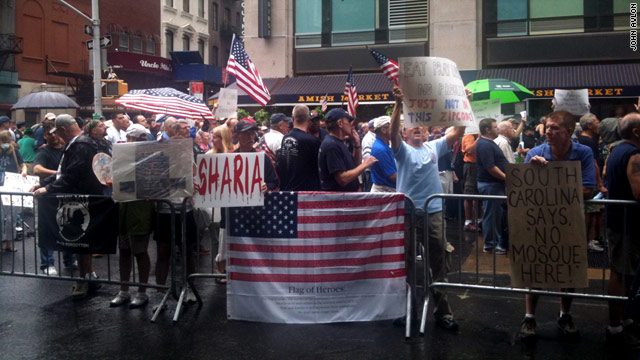 Those opposed to the Islamic center near Ground Zero outnumbered those in favor at Sunday's protests in New York.