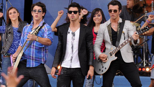 The Jonas Brothers have apologized to their fans in Mexico for their decision to cancel a planned concert.
