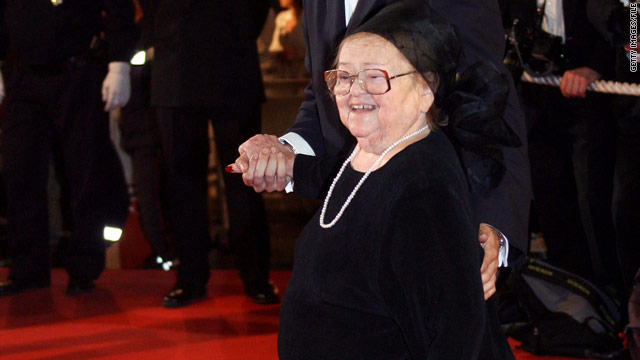 Zelda Rubinstein continued to stay active in show business until she suffered a heart attack, her agent said.