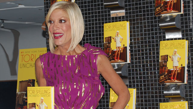 Tori Spelling spent four hours at a book signing at a Borders store, taking time to chat and pose for snapshots.