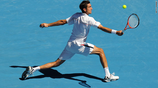 Cilic plays a backhand return against Roddick.