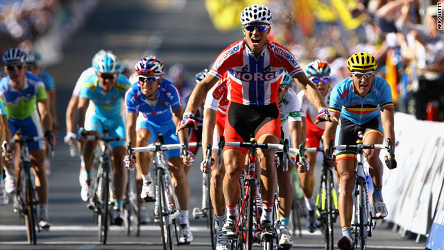 Thor Hushovd stays ahead of the bunch to claim the world road race title in Australia.