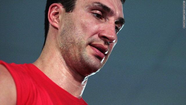 Ukrainian boxer Wladimir Klitschko injured himself in training ahead of this weekend's planned title defenses.