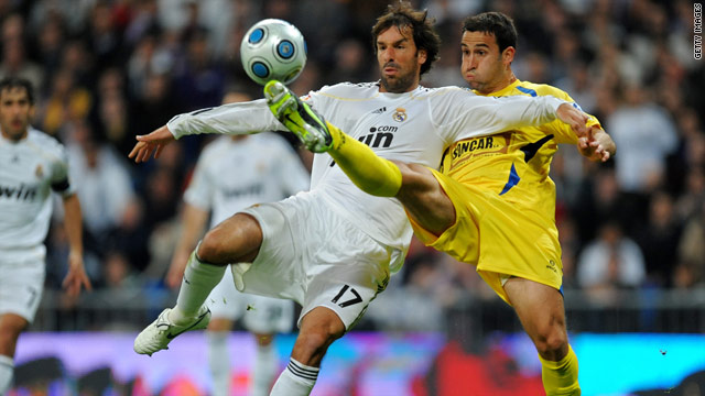 Ruud van Nistelrooy has left La Liga side Real Madrid and joined German Bundesliga outfit Hamburg on a free transfer.