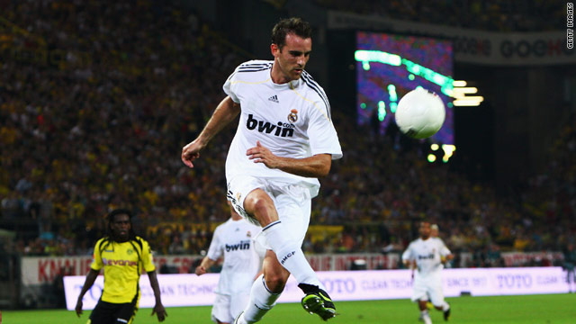 Metzelder returns to the Bundesliga with Schalke after an injury-ravaged three seasons at Real Madrid.