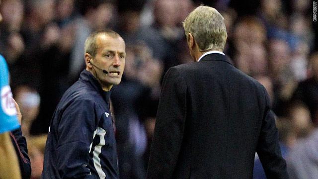 Wenger confronts Martin Atkinson after Sunderland's late equalizer against his side.