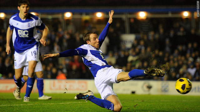 Lee Bowyer stretches to score Birmingham's late equalizer to salvage a 1-1 draw against Manchester United.