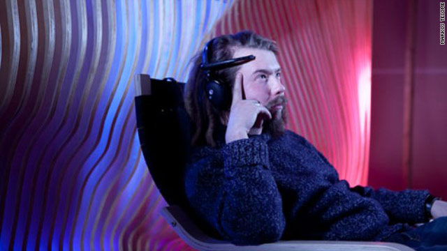 The headset measures the brain's electrical output and reacts to alpha waves and beta waves, which indicate concentration.