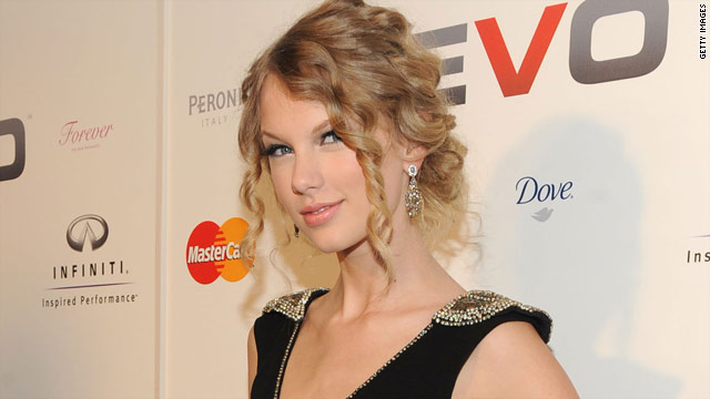 Taylor Swift's performance for air travelers comes as she promotes her new album.