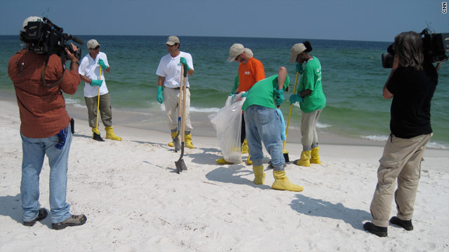 CNN's Rob Marciano joins a crew cleaning up oil on a Gulf beach.