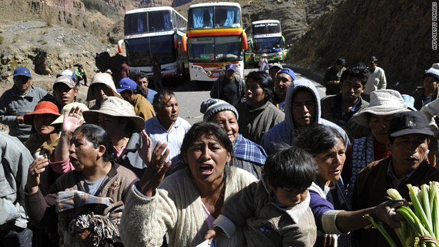 Protesters' blockade of the Bolivian town of Potosi drew an angry reaction Monday from standed bus passengers.