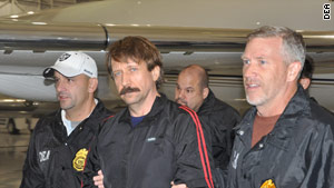 Viktor Bout, center, arrived in New York aboard a U.S. Drug Enforcement Administration plane late Tuesday.