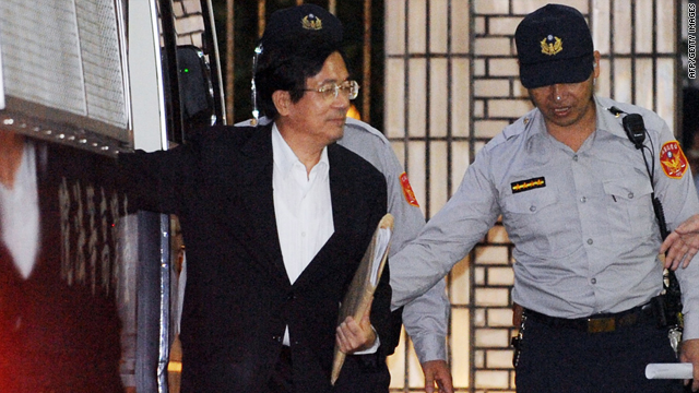 Former Taiwan president Chen Shui-bian walks into the high court in Taipei on September 8, 2009.