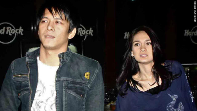 "Indonesian singer Nazril ""Ariel"" Ilham and Luna Maya   walk together in Jakarta last July."