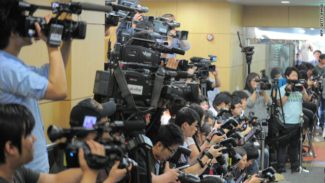 South Korean journalists crowd a Seoul hospital morgue where the body of actor Park Yong-Ha is being held on June 29, 2010.