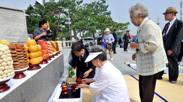 Elderly South Koreans, who were separated from their families during the 1950-53 Korean War, hold a traditional ritual for their deceased relatives at Imjingak peace park in Paju in North Korea, near the inter-Korea border, on Tuesday.