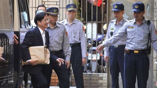 Chen Shui-bian, left, steps out of a prison van before going into the High Court in Taipei on November 27, 2009.