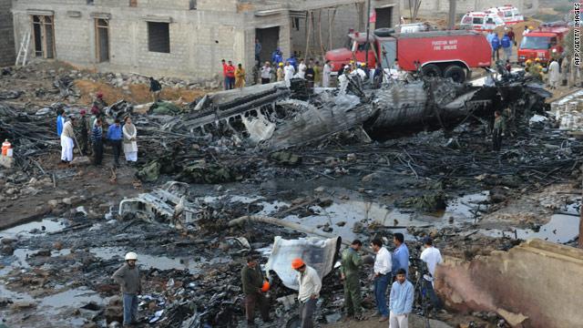 t1larg.pakistan.wreck.afp.gi.jpg