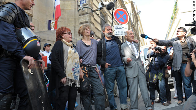 British singer Jane Birkin (2ndL), French artist Regine (L), writer Dan Franck (2ndR) and ex-diplomat Stephane Hessel (R) protest in Paris.
