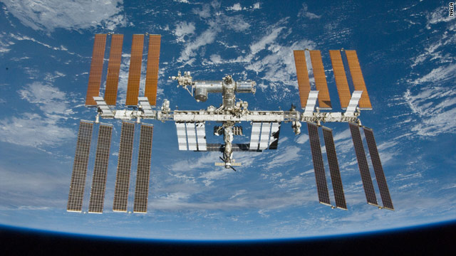 An undocking glitch had delayed the departure of two Russians and an American from the international space station.