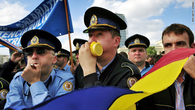 Police Union members protest in front of Romanian government HQ on September 24 in Bucharest.
