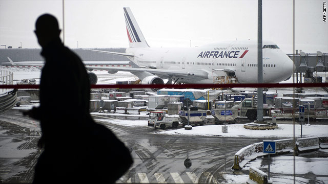 Charles de Gaulle has canceled half its flights on Friday because authorities say levels of de-icing fluid have run low.