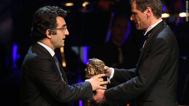 Maziar Bahari (left) accepts a press award on behalf of imprisoned Iranian journalists on May 7, 2010.
