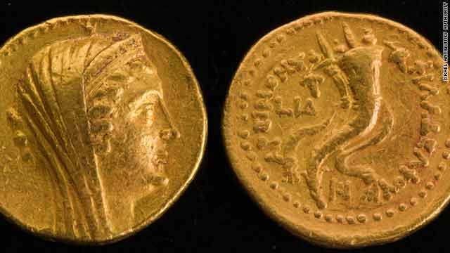 The obverse, or 'head' of the coin, portrays Queen Arsinoe II Philadelphus.