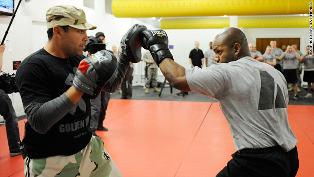 Oscar de la Hoya, left, conducted boxing clinics for the troops  on his USO trip to Iraq and Kuwait.