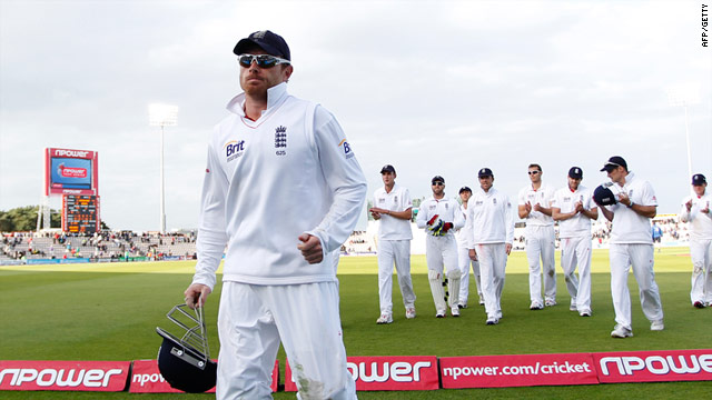 Ian Bell takes the applause of his teammates as he leads the off at the end of the fourth day.