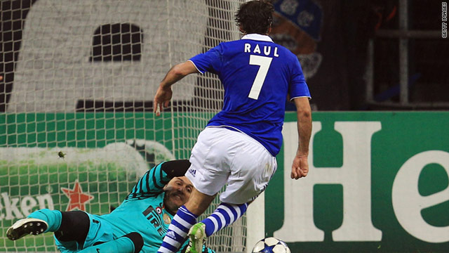 Raul scored his 71st Champions League goal to help Schalke through to a semifinal clash with Manchester United.