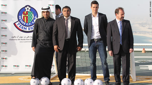 Royal Emirates Group managing director Kaiser Rafiq, left, with Getafe's Manu del Moral and Don Angel Torres, right.