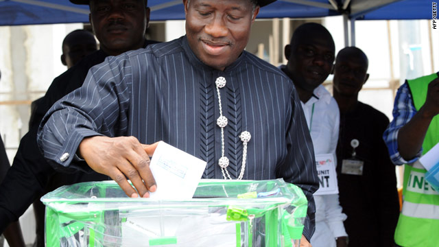 Incumbent president Goodluck Jonathan casts his vote  Saturday in his home ward at Ogbia district in Bayelsa State.