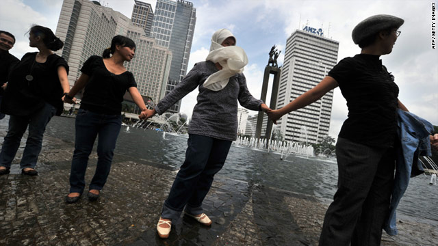 Indonesians from various religions hold hands in Jakarta on January 7 to condemn religious clashes in the country.
