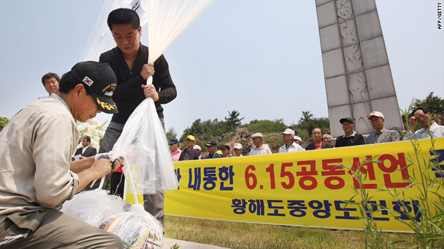 North Korean refugees prepare to release a balloon with leaflets condemning Kim Jong Il during a rally in Paju Wednesday.