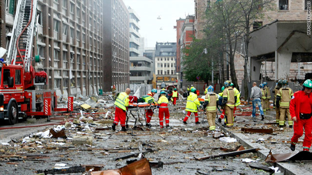 Emergency crews tend to victims of the bomb blast outside the Norvegian Prime Minister's office in Oslo, on July 22