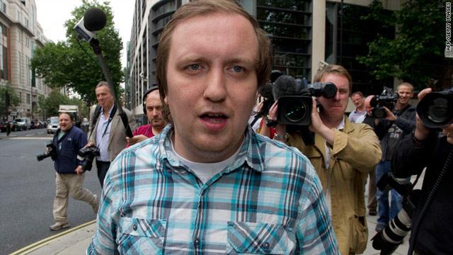 """Seis semanas de cárcel por el """"pastelazo"""" a Rupert Murdoch"""