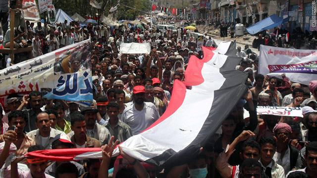 Anti-government protesters demonstrate in the Yemeni city of Taez (Taiz) on April 10, 2011.