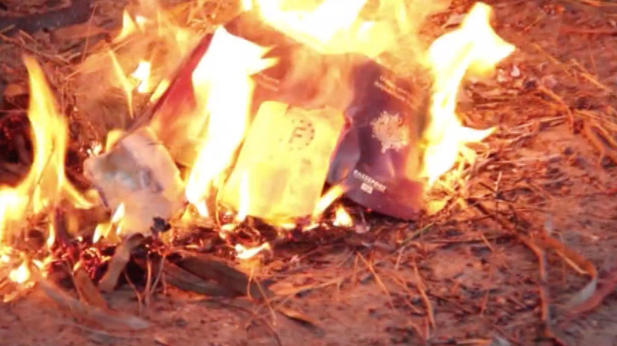 بالفيديو .. مقاتلو  داعش  الفرنسيون يحرقون جوازات سفرهم - CNNArabic.com
