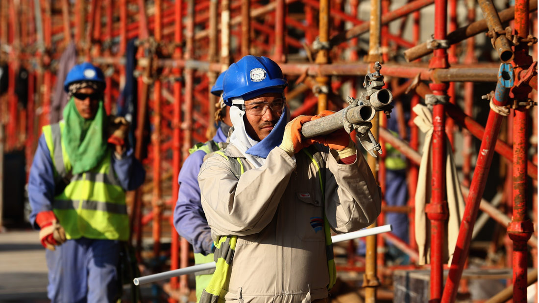 دعوى قضائية ضد الفيفا بسبب  اضطهاد  عمال مونديال قطر  - CNNArabic.com
