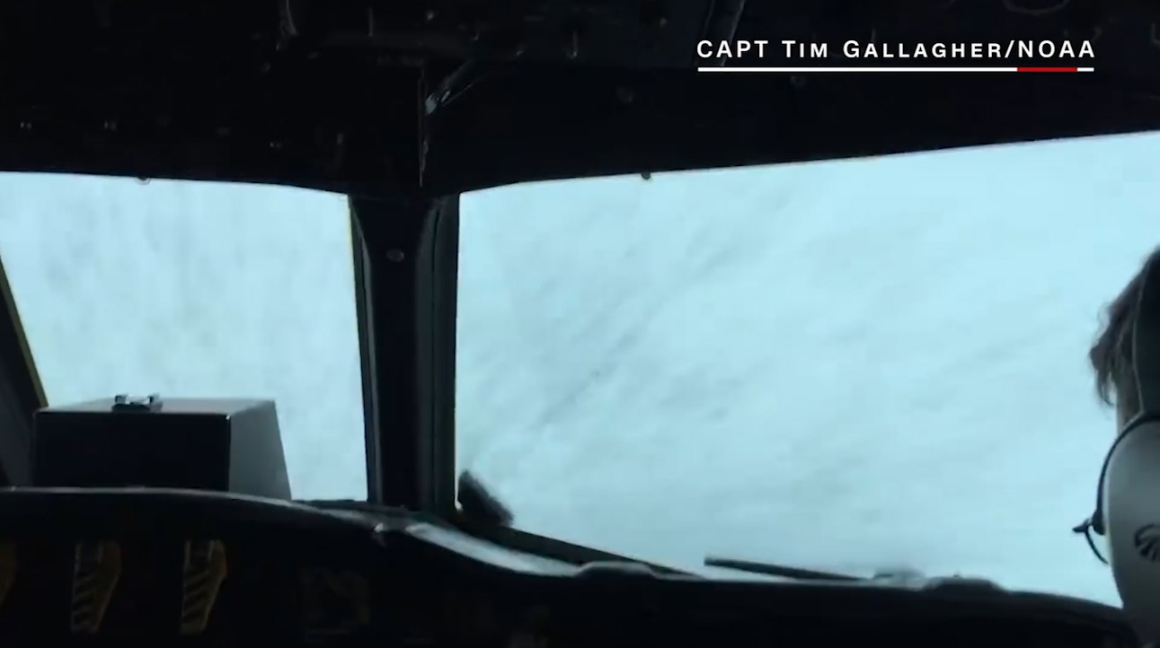 1a2811876 المشاهير | شاهد طائرة تتجه مباشرة إلى عين إعصار ماثيو