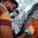 قام الفنان الفلسطيني أسامة سبيته يستخدم قفازات الملاكمة لرسم وجه محمد علي كلاي