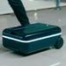تعبت من حقائب السفر الثقيلة؟ هذه ستتبعك أينما ذهبت!