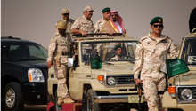 العاهل السعودي الراحل الملك عبدالله بن عبدالعزيز يزور جبهة القتال مع الحوثيين في جيزان بعد 4 أسابيع من المعارك، ديسمبر/ كانون الأول 2009
