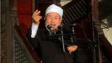 أرشيف- الشيخ يوسف القرضاوي خلال خطبة في الجامع الأزهر بالقاهرة 16 نوفمبر/ تشرين الثاني 2012
