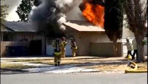 شاهد رجل إطفاء يقع من خلال سقف منزل يحترق